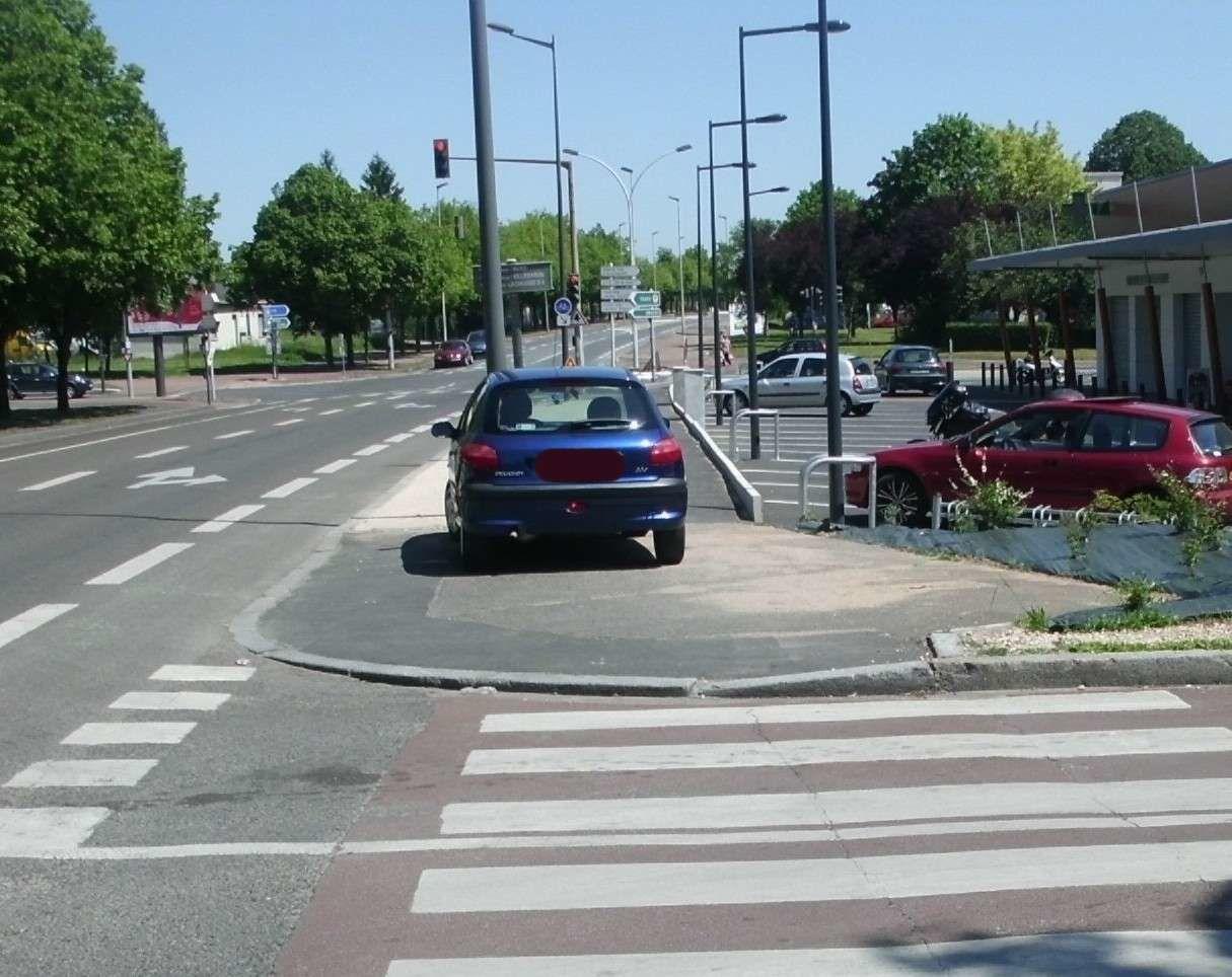 1er infractions sur le trottoir, à côté des places de parking gratuit sont vides !