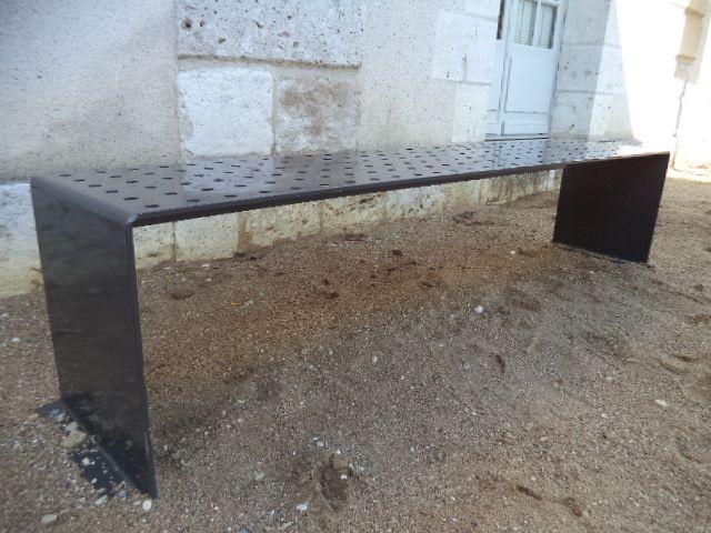 Un banc métallique proposé à Blois, dans le jardin de l'hôtel de ville ! Humide avec la rosée, glacial en hiver, bouillant en été et difficile de s'y adosser  ! Les mêmes seront installés à Blois Vienne en 2015 à l'occasion des travaux de rénovation urbaine.