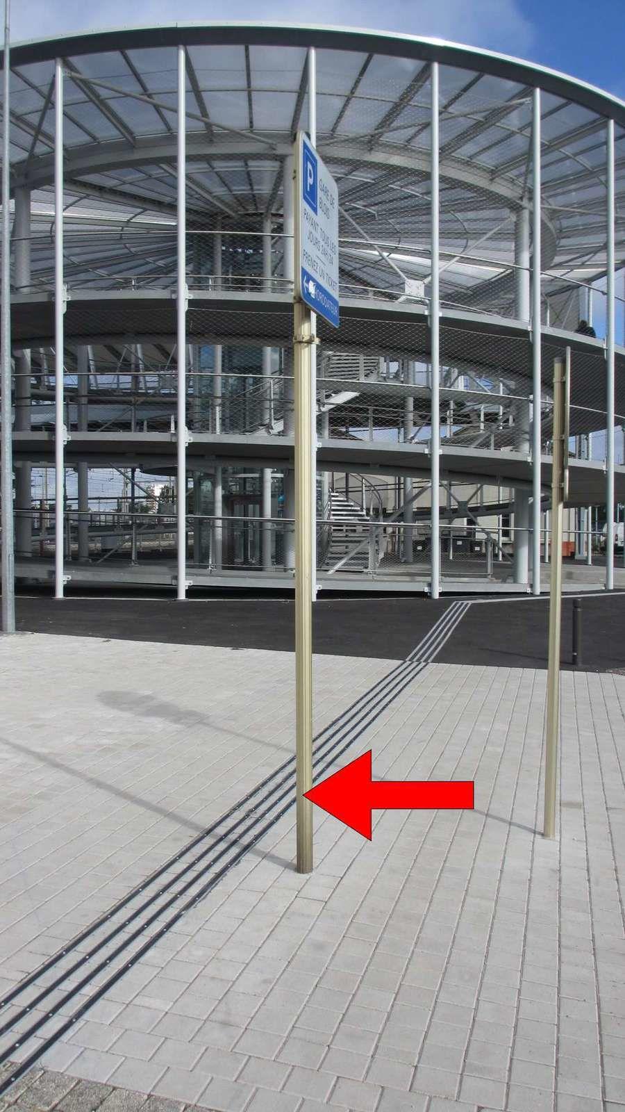 Gare de Blois- un panneau sur une bande de guidage pour personne aveugle constitue un obstacle