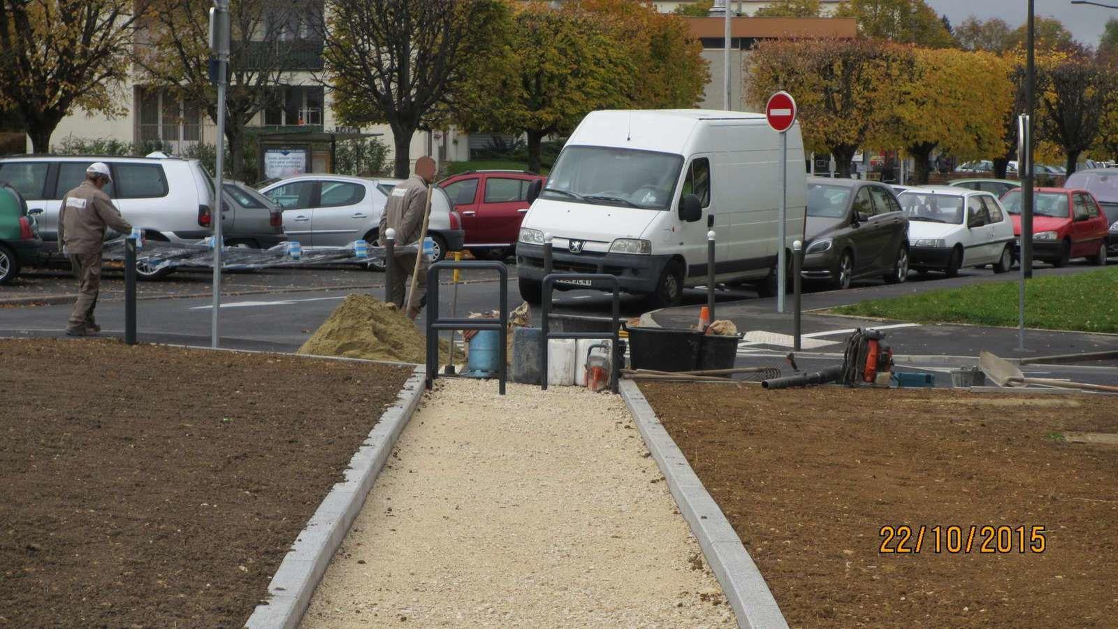 Entre les barrières métalliques et les outils du chantier, une personne en fauteuil ne passe pas !