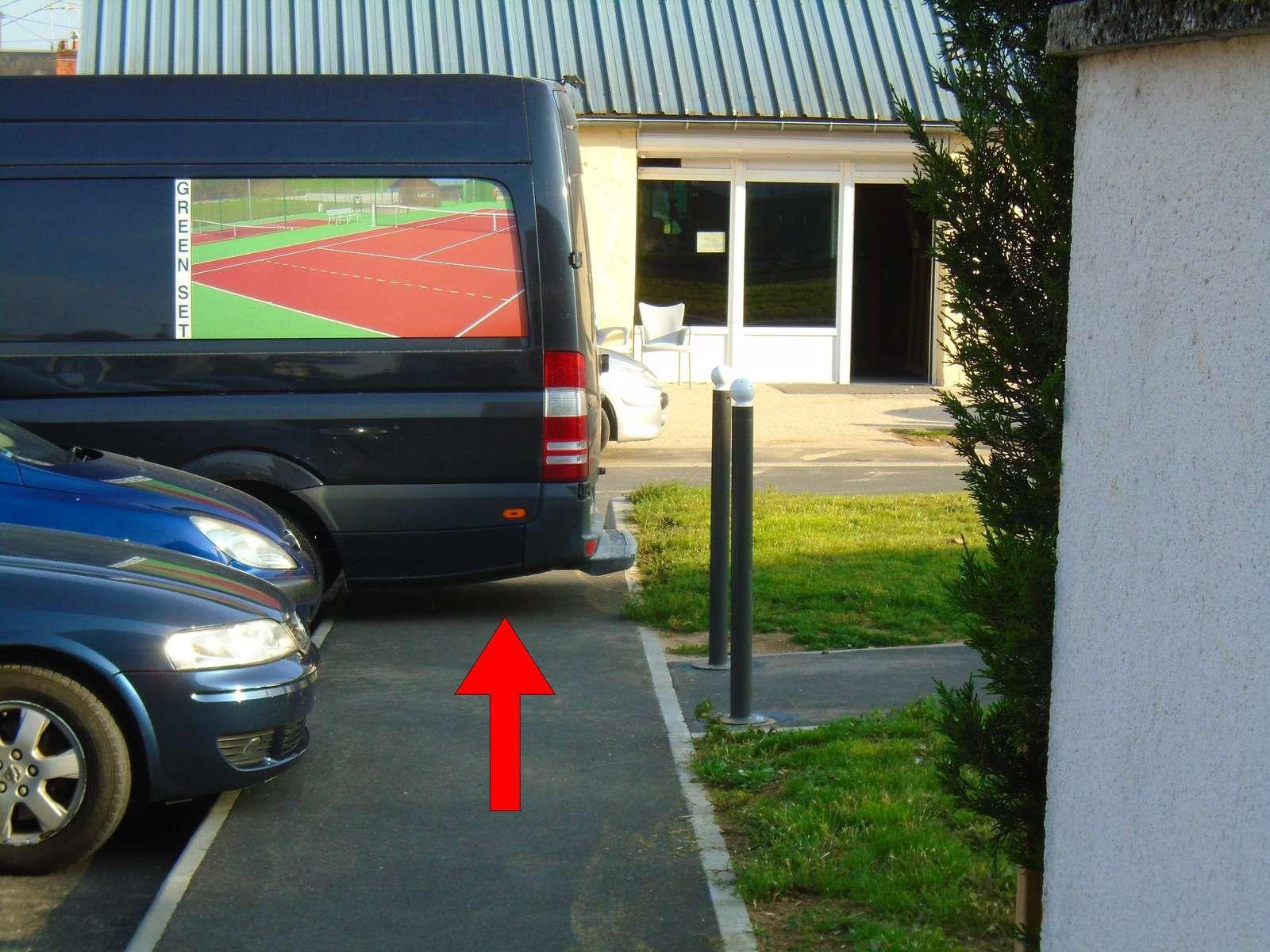 De la rue Arago vers la rue de  Bel air, des véhicules ont tendance à empièter sur l'espace prévu pour les piétons !