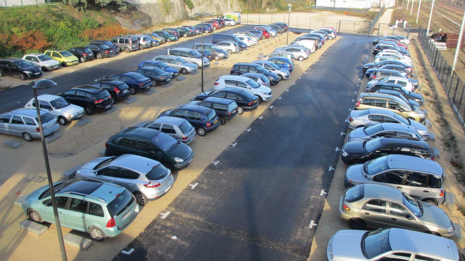 Décembre 2015 : la parking commence a étre sérieusement saturé. Les places finiront par être payantes.