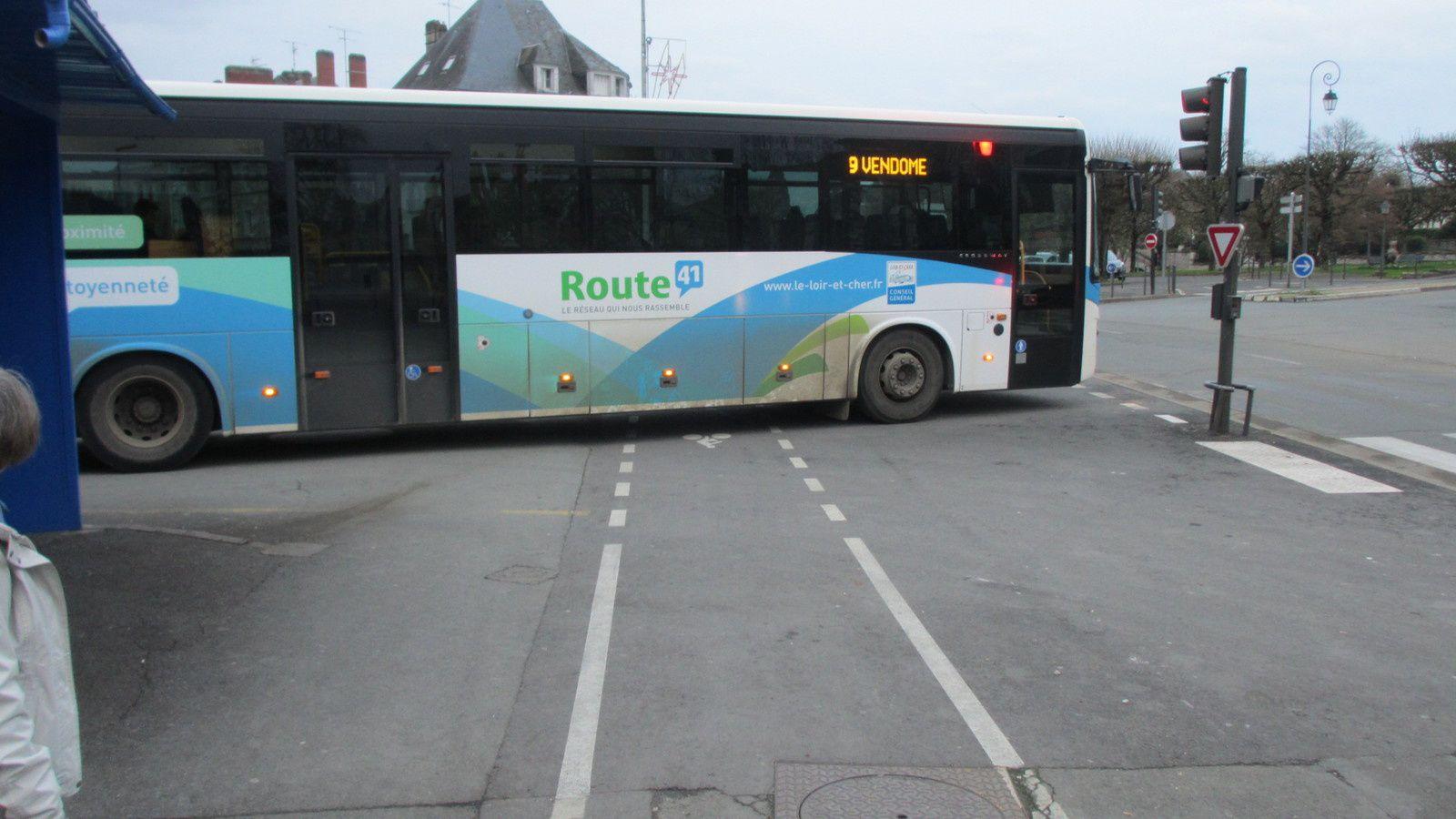Les usagers vulnérables passent devant (dans l'angle mort) ou derrière (autre angle mort) pour peu que le bus recule ? Combien de fois par jour, cette situation à risque est-elle amenée à se reproduire ?