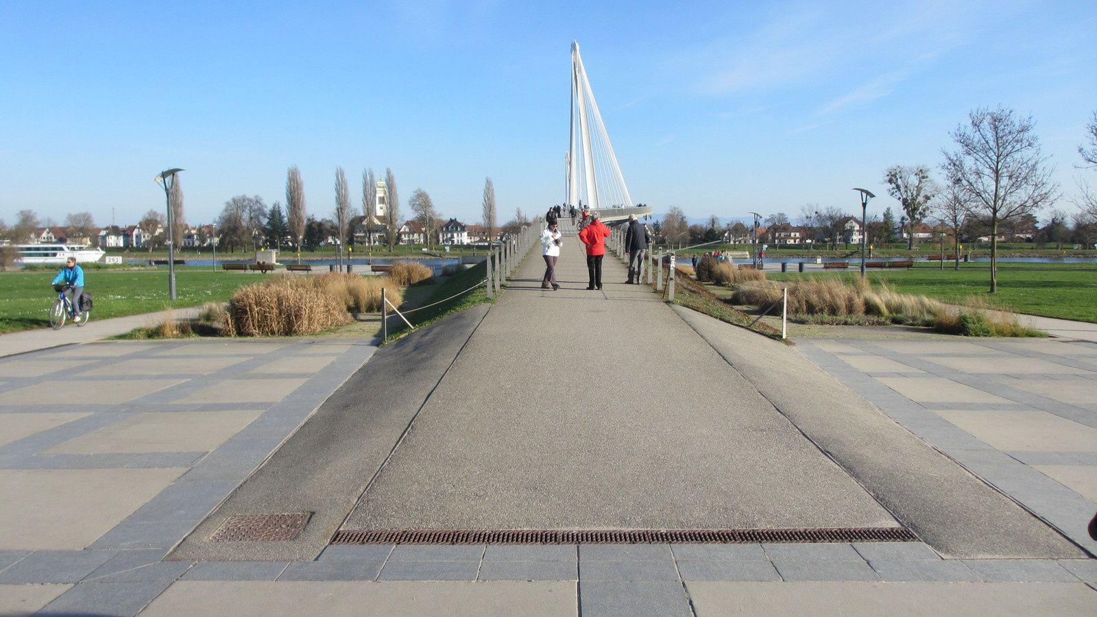 Une passerelle est dédiée aux piétons et aux cyclistes, entre les deux rives du Rhin. Elle relie Strasbourg à Kehl.