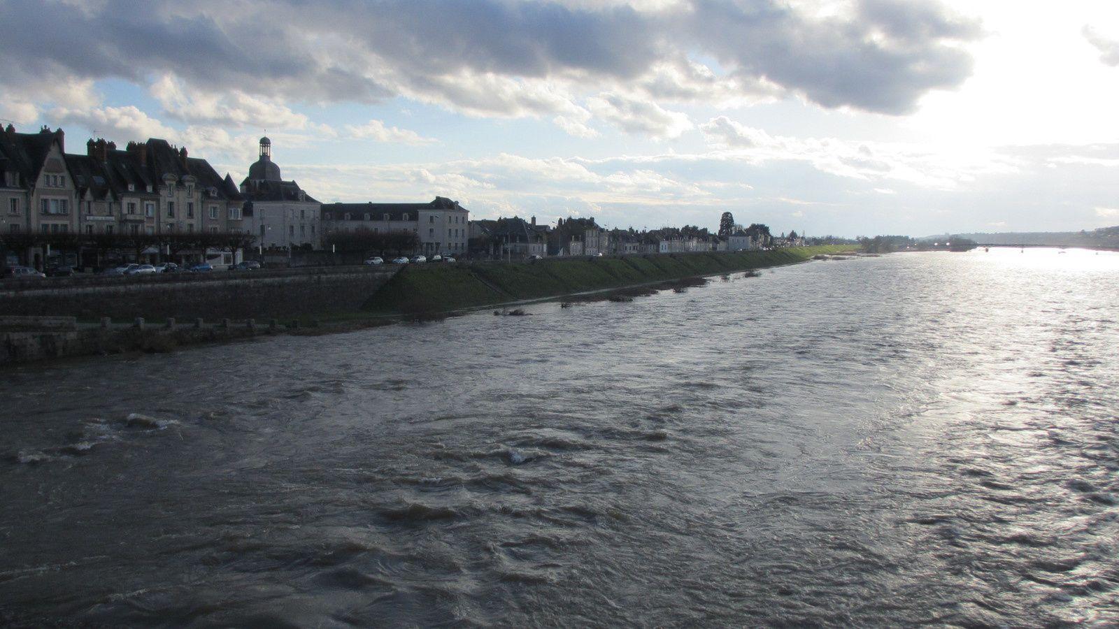 """A Blois, la submersion de l'itinéraire """"Loire à Vélo"""" a débuté le 14 février rive gauche juste en aval de Blois et en centre ville secteur ouest."""