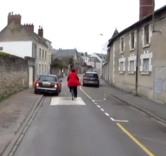 Scène ubuesque, rue des Saintes Marie, à Blois, où un cycliste n'a pas envie de laisser sa place à l'automobiliste qui lui met la pression !