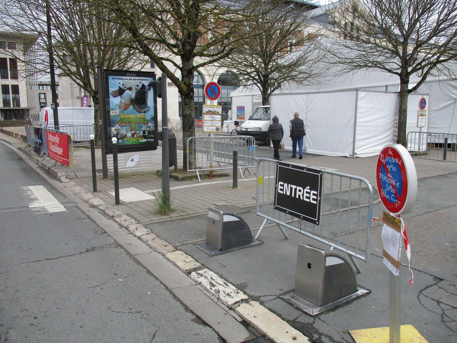 Zoom sur l'entrée pour l'accès aux emplacements handicapés qui sont clairement inaccessibles...