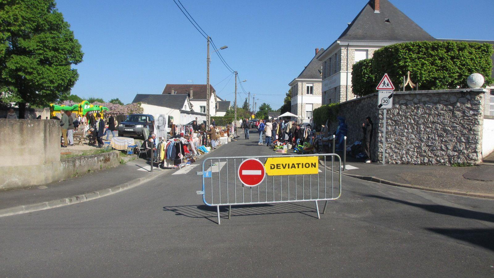 La brocante de ce dimanche matin favorise la vie locale et les échanges pour réclamer la modération du trafic routier devant l'école.