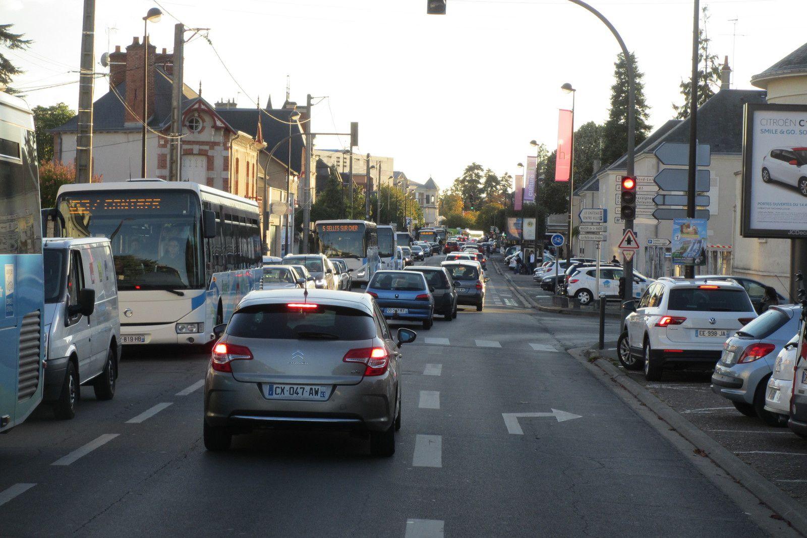 """Petit couac Avenue Maunoury à Blois, vers 17-18h où la circulation se faisait au pas à 5 km/h d'après les """"outils d'aide à la conduite"""" ! Rien de bien dramatique."""