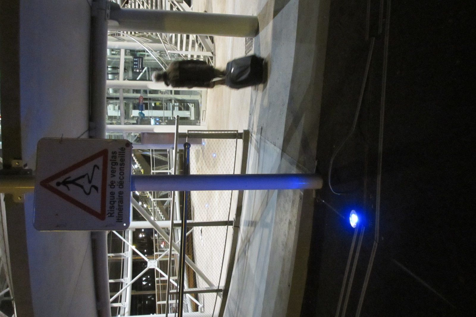 La bande de guidage au sol a été arrachée au pied de la passerelle de la gare de Blois, à droite du spot bleu.