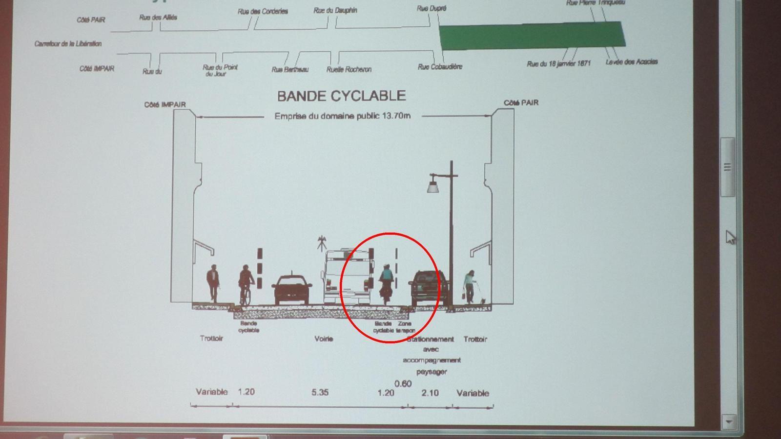 Blois - Projet d'aménagement de la voierie de l'avenue Wilson - La largeur de l'avenue  est de 8 m entre bordures sur 15 mètres avant le feu tricoiore.