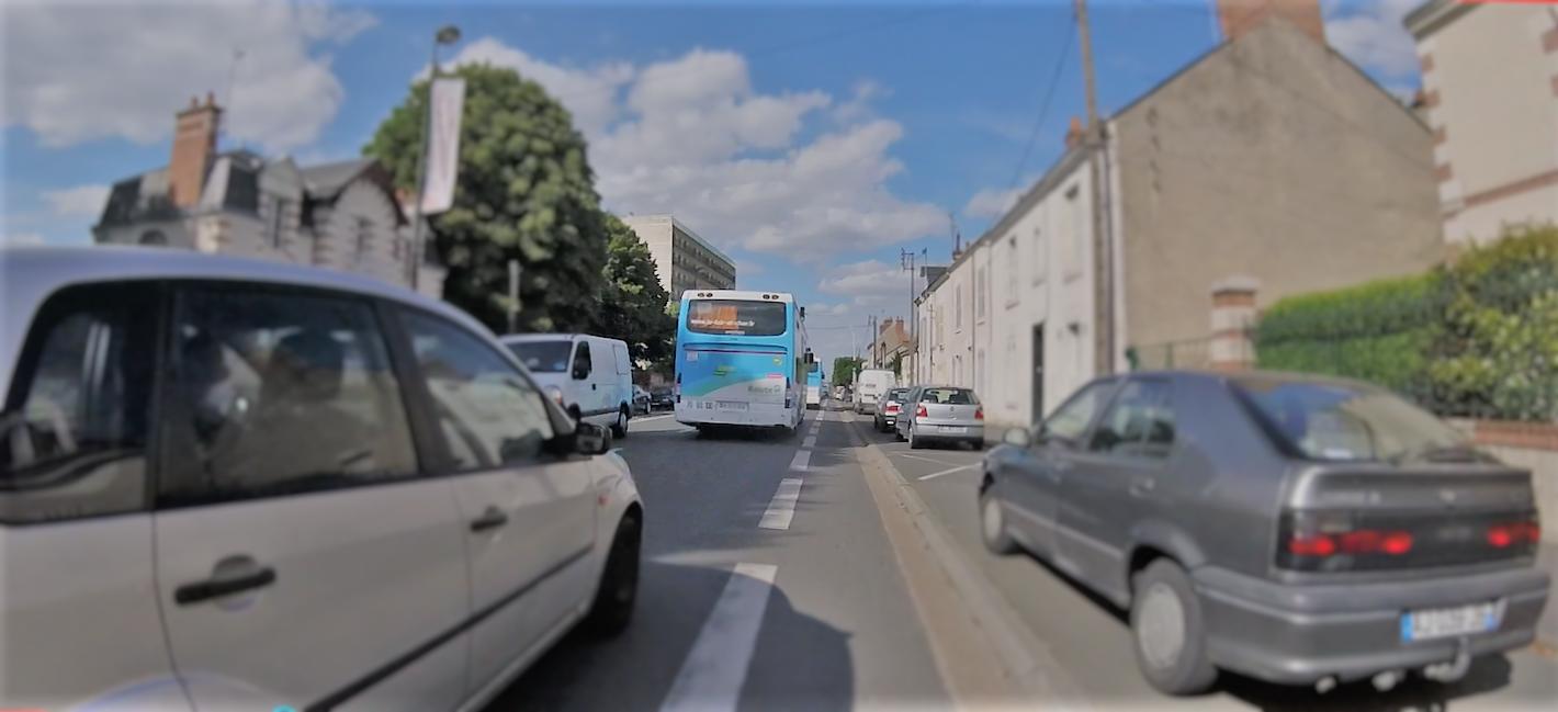 Le cycliste coincé tantôt par la gauche, tantôt par la droite, parfois des deux côtés !