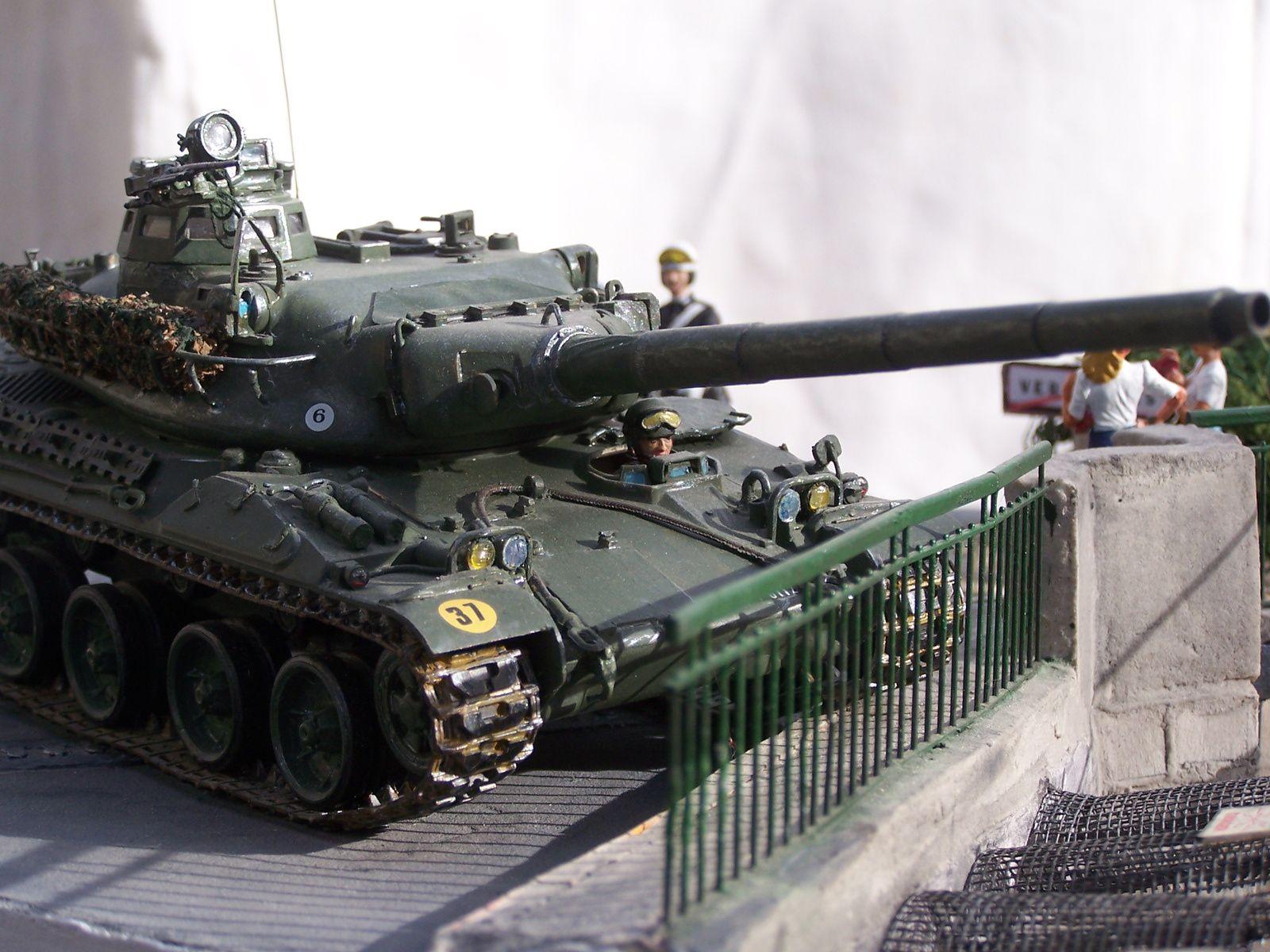 Un diorama d'un AMX30 qui &quot&#x3B;joue&quot&#x3B; à saute-mouton....