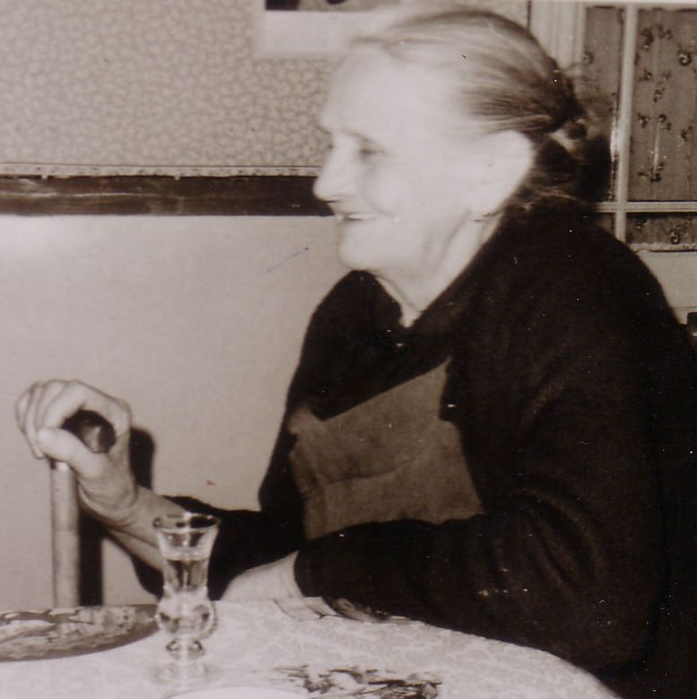 """Elle était """"bonne vivante"""", aimait son petit muscat vers 11h30, qu'elle aimait à partager chaque jour avec ma grand-mère (sa belle-fille). Elles vivaient sur la même propriété familiale, à Wagnonville.."""