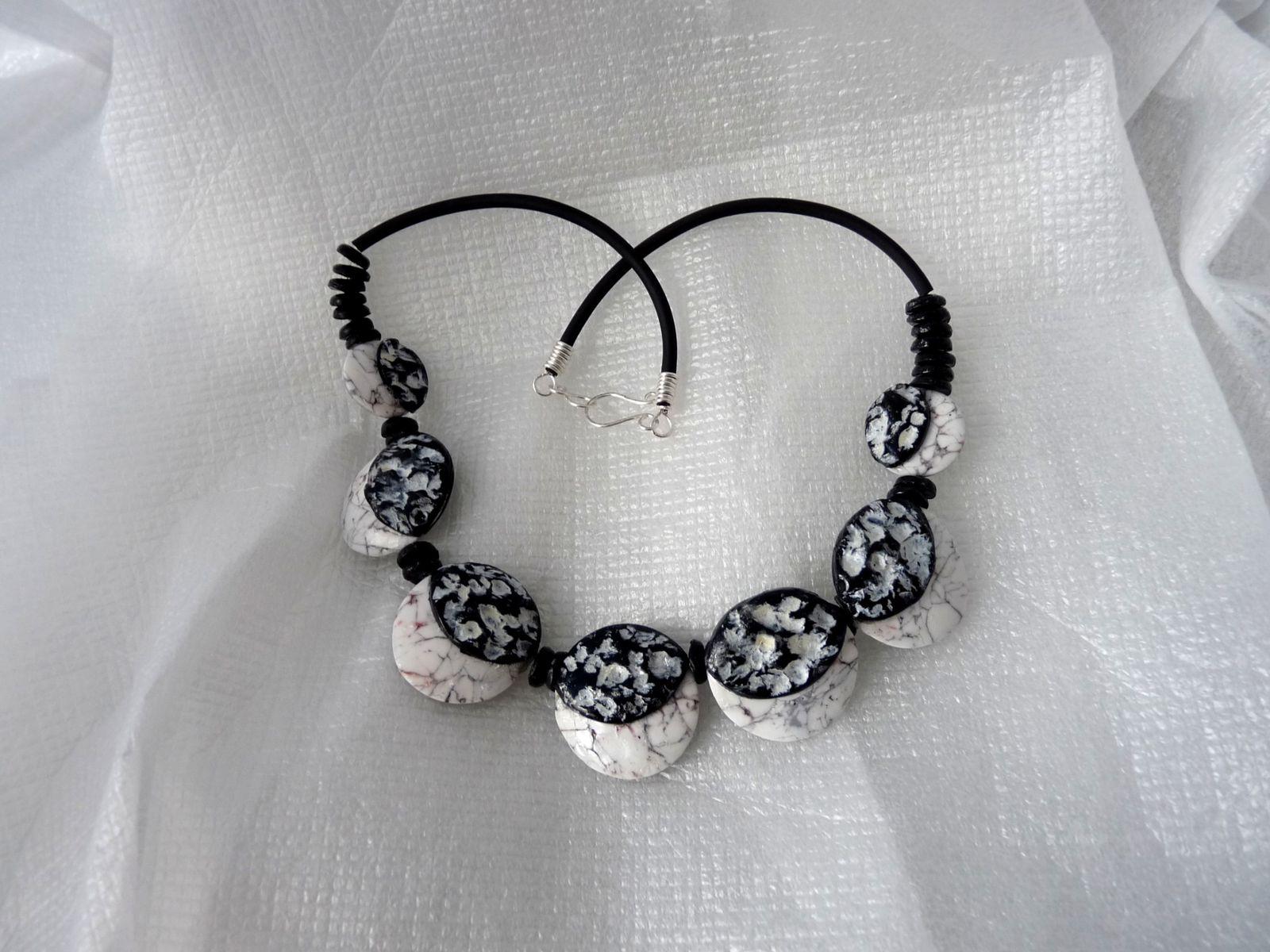 Voici le collier : lentilles imitation marbre et partie noire structurée et patinée à l'acrylique blanche