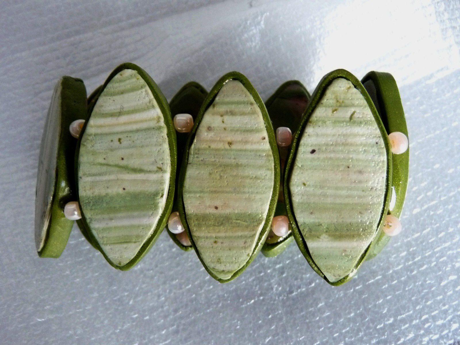Un bracelet plaques navettes en mokumé gané vert, rose et or sur élastique