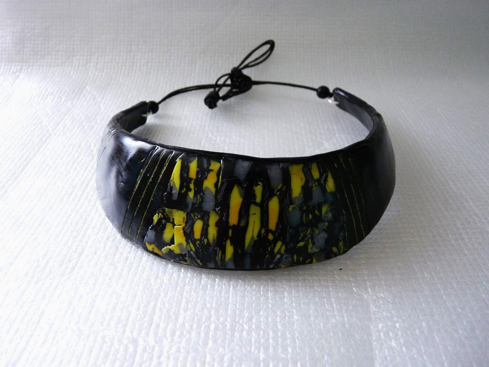 Une série dans les tons noir et jaune toujours avec des restes de pâte   15€ le bracelet - 5€ la bague carrée - 4€ l'anneau - 8€ le bracelet jonc - collier plastron (épuisé)  collier 15€