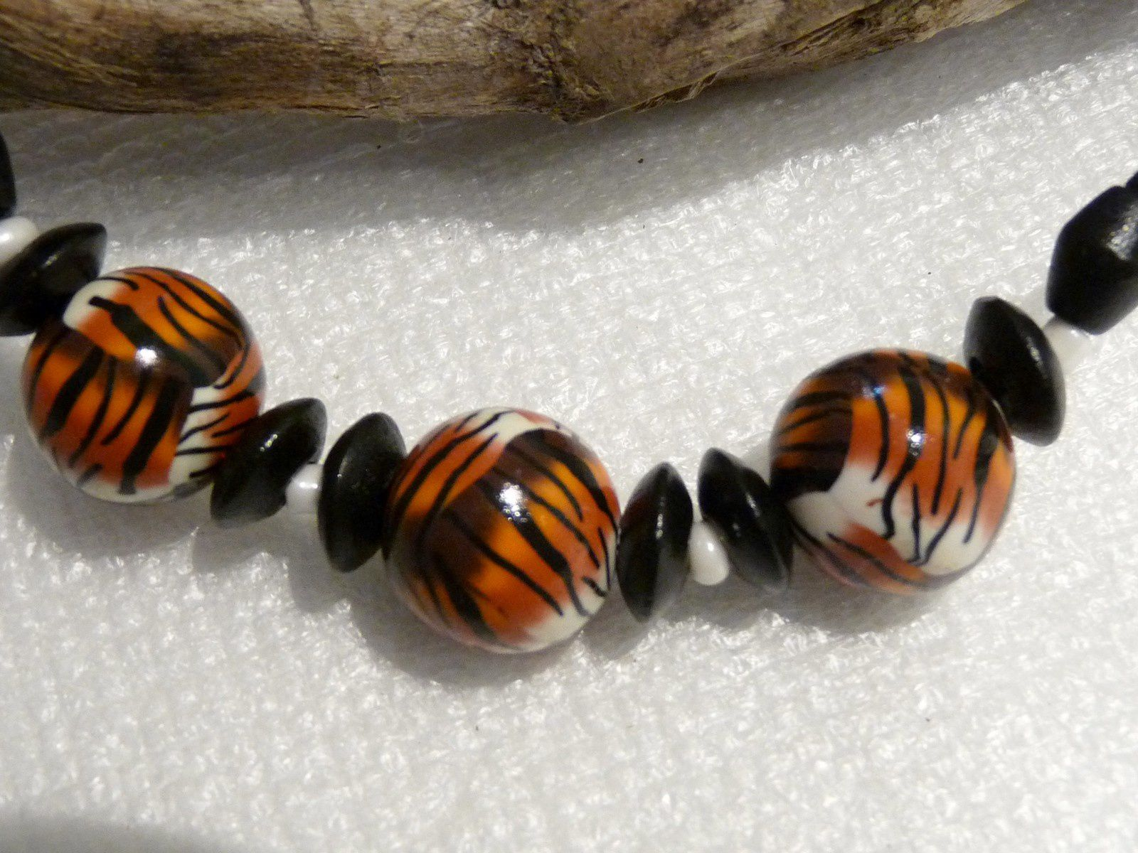 Un ensemble collier perles rondes et les boucles d'oreille assorties . Les perles noires sont des perles en bois