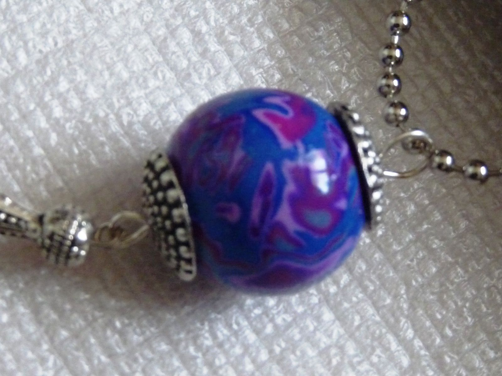 un sautoir perle unique comme je les aime sur une chaîne boules   17€ le pendentif boule