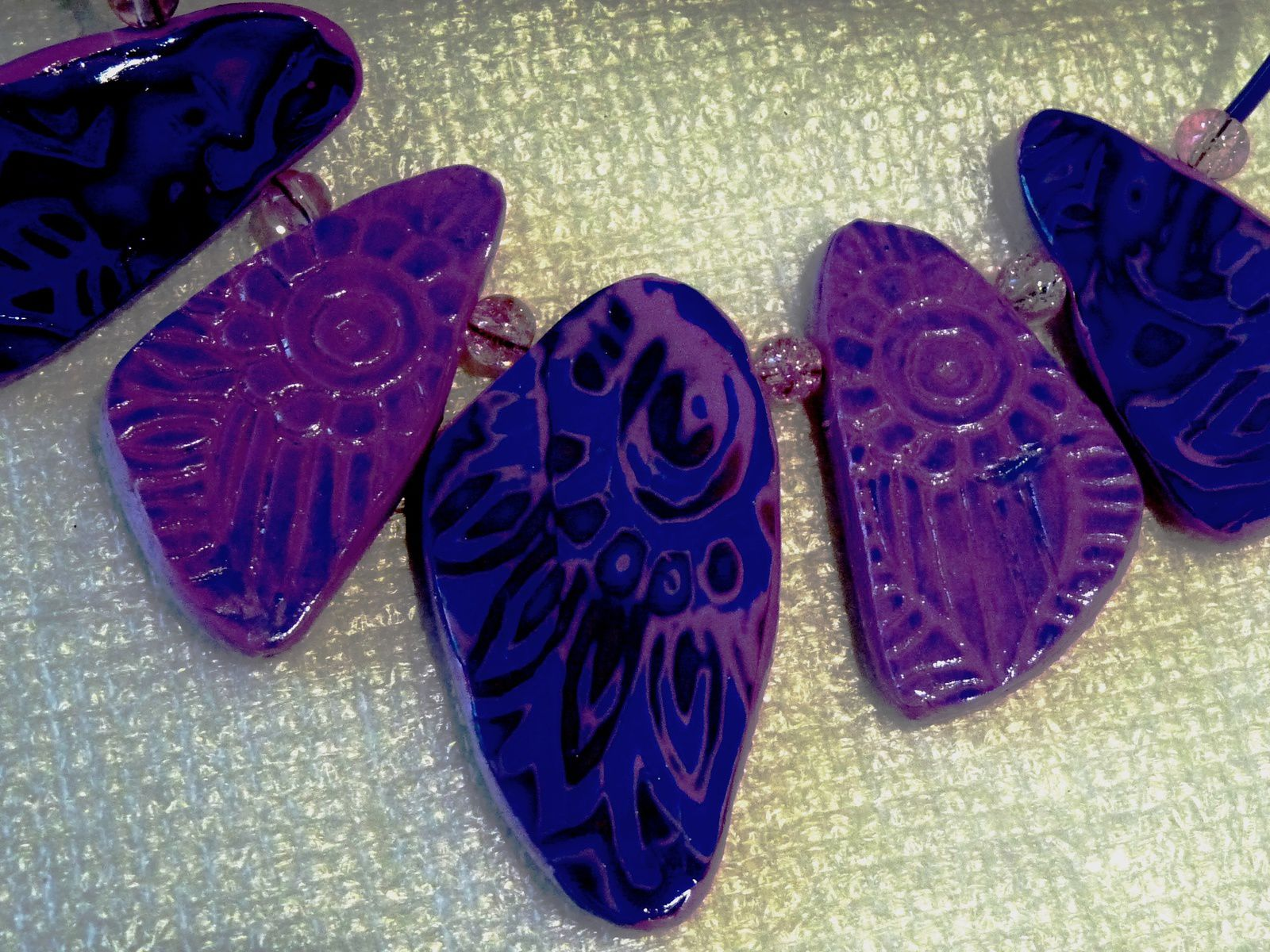 Un collier ras de cou de plaques en mokumé pour les unes et structures patinées au pastel pour le s autres et la paire de boucles d'oreille assorties     15€ le collier   5€ les BO