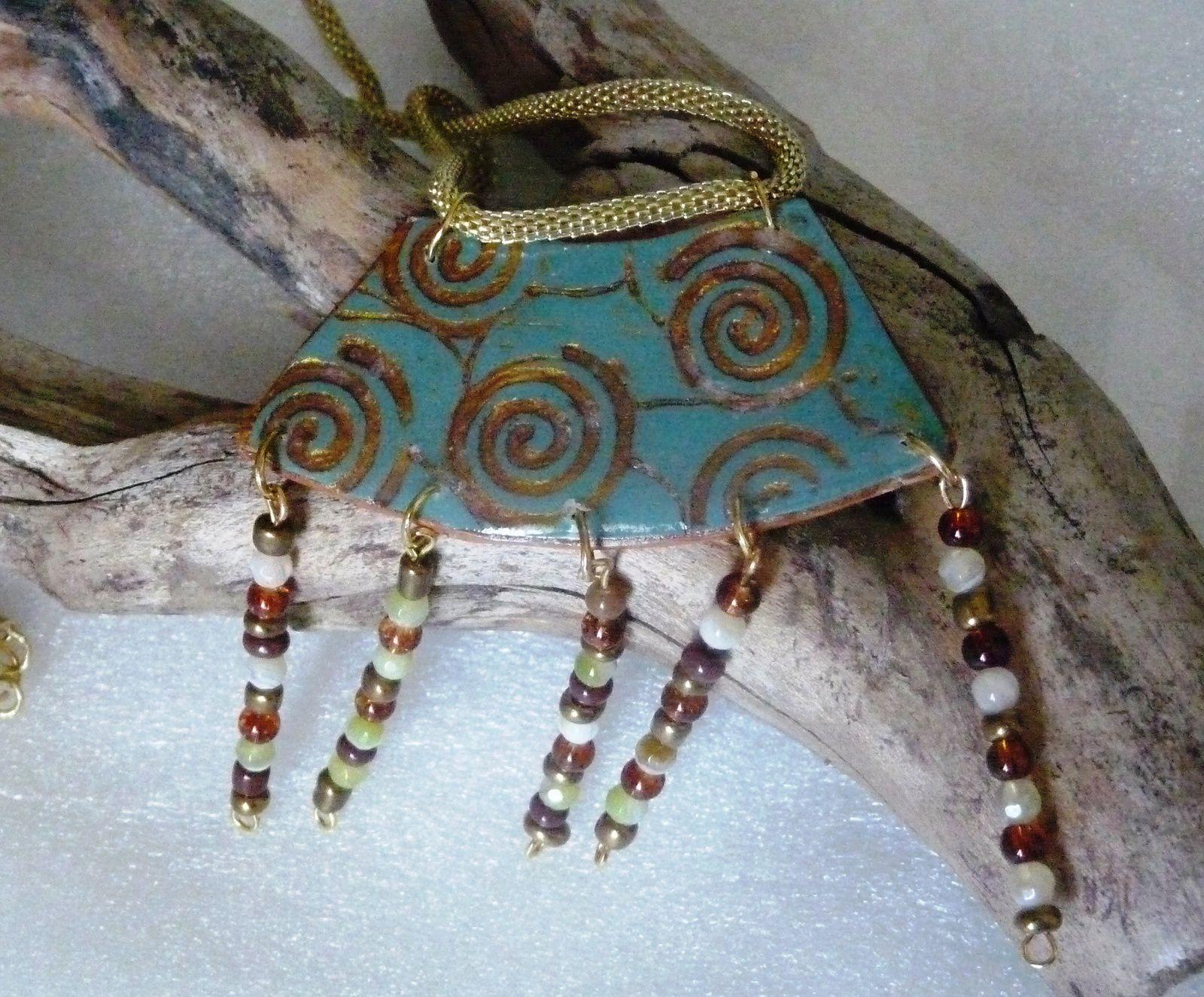 Pendentif à breloques sur chaîne serpent décor spirales .