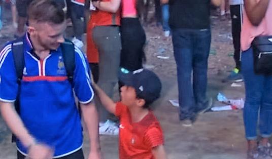 Euro 2016 - finale : un enfant portugais console un supporter français