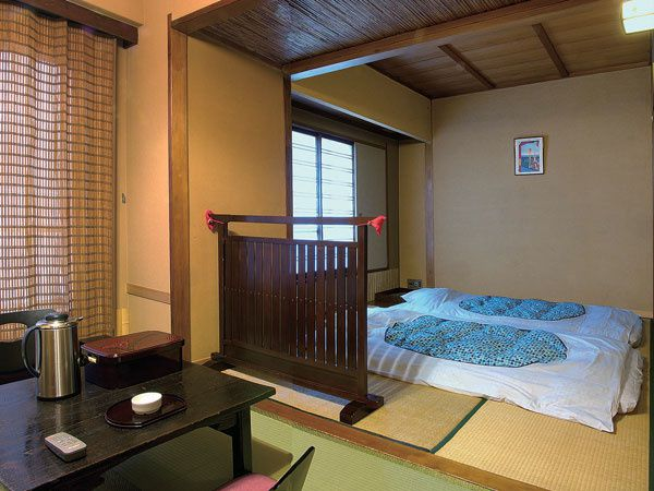 logement les ponpons au japon. Black Bedroom Furniture Sets. Home Design Ideas