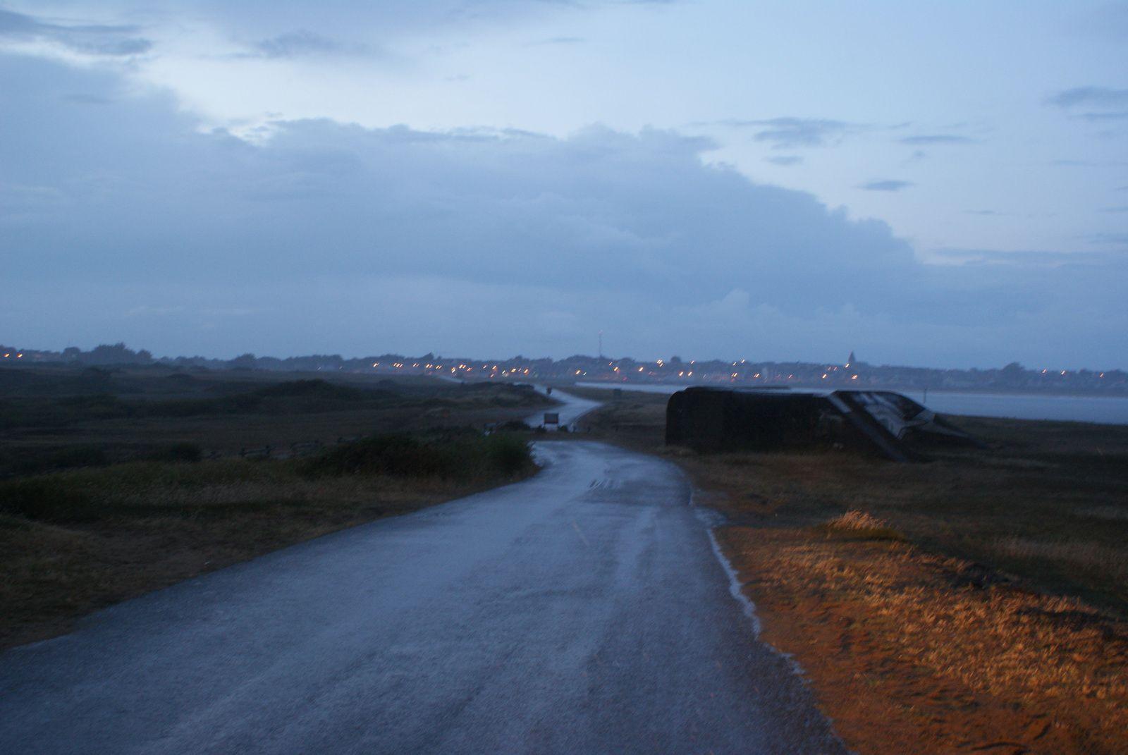 L'orage monte sur la barre. Bientôt c'est une pluie drue qui tombe sur Etel.