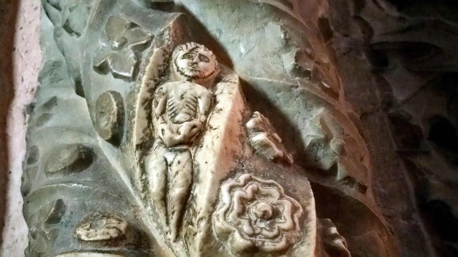 Camões, le pilier avec un minuscule détail