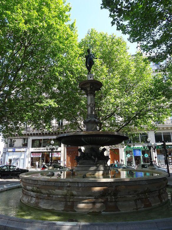 Une des deux fontaines de la place du Théâtre-Français face à la Comédie Française