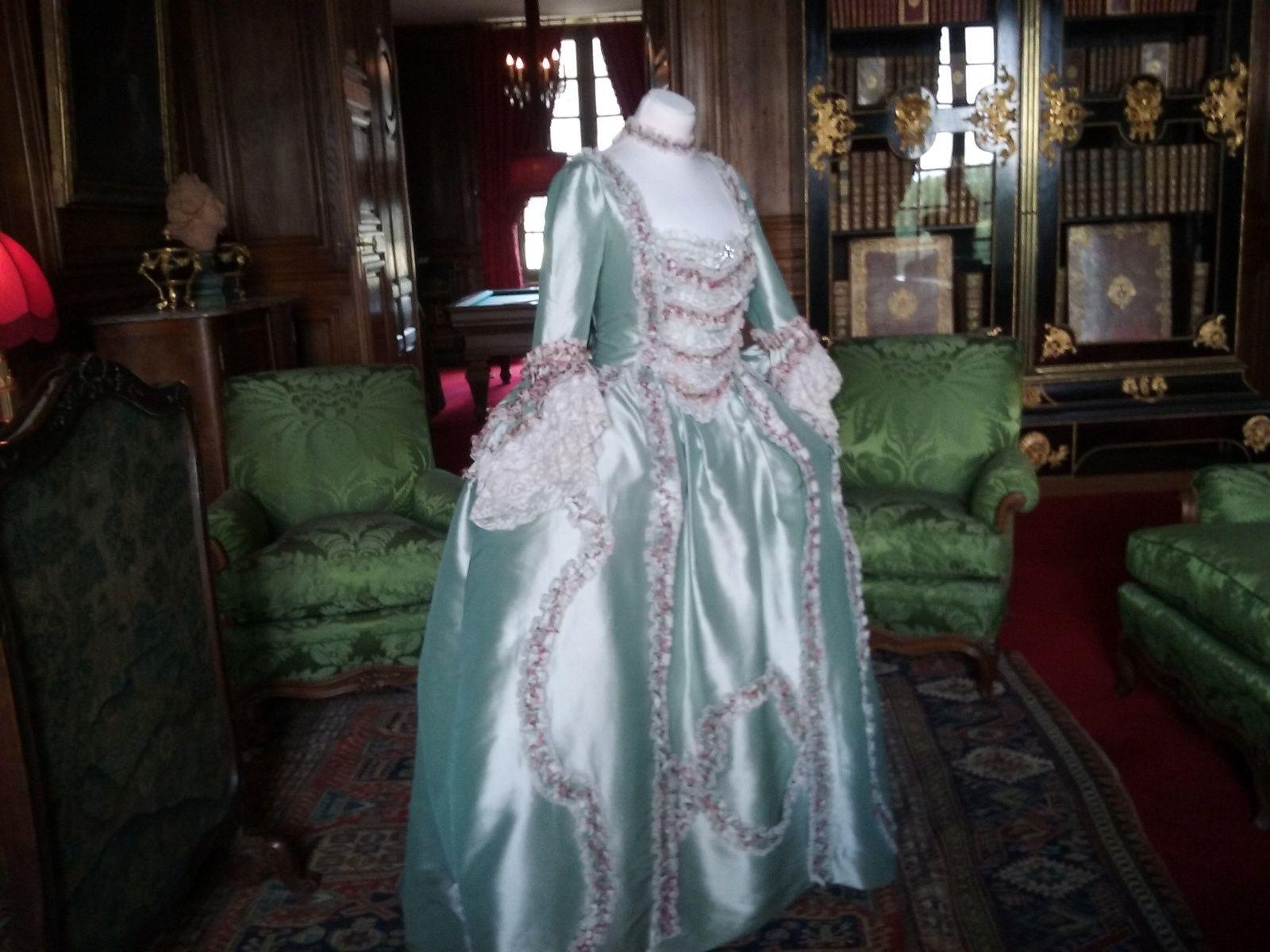Le salon vert...Robe à la Française vers 1750, taffetas de soie