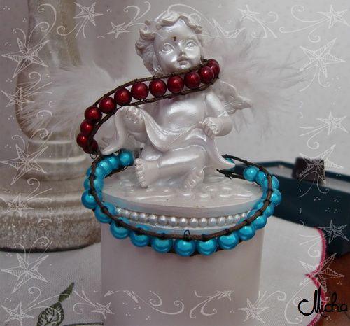 Perles rouges, bleues & fils noirs