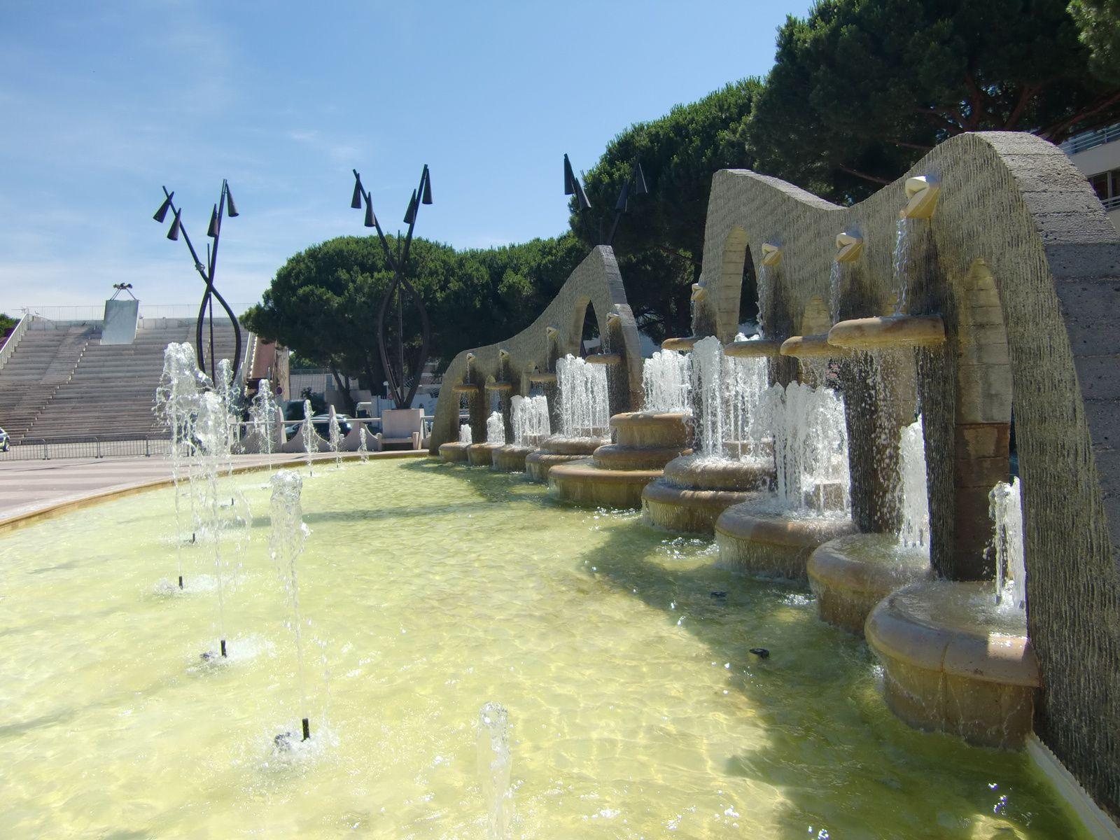 La place de la mairie avec ses superbes fontaines