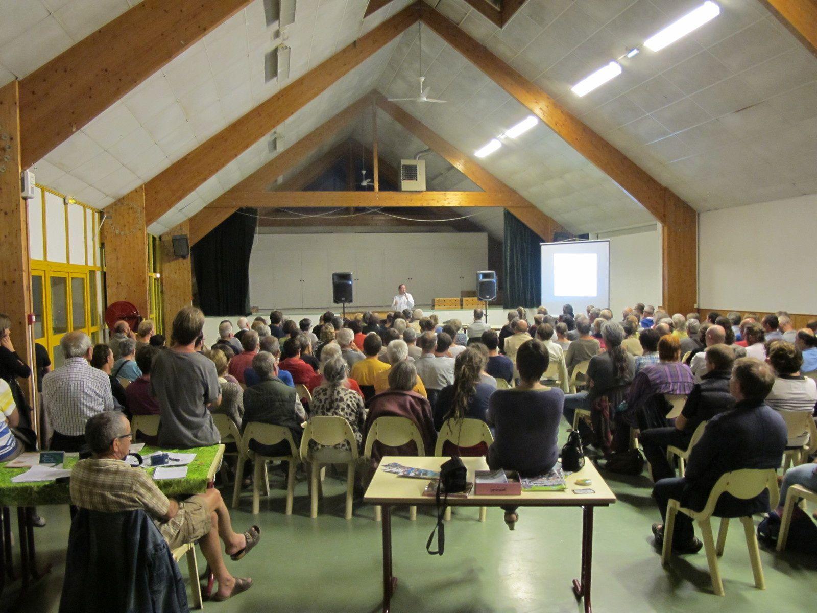 Un public nombreux et attentif pour une conférence de Jacques Caplat, organisée par Baie de Douarnenez Environnement, Eau et Rivières de Bretagne et Alerte à l'Ouest