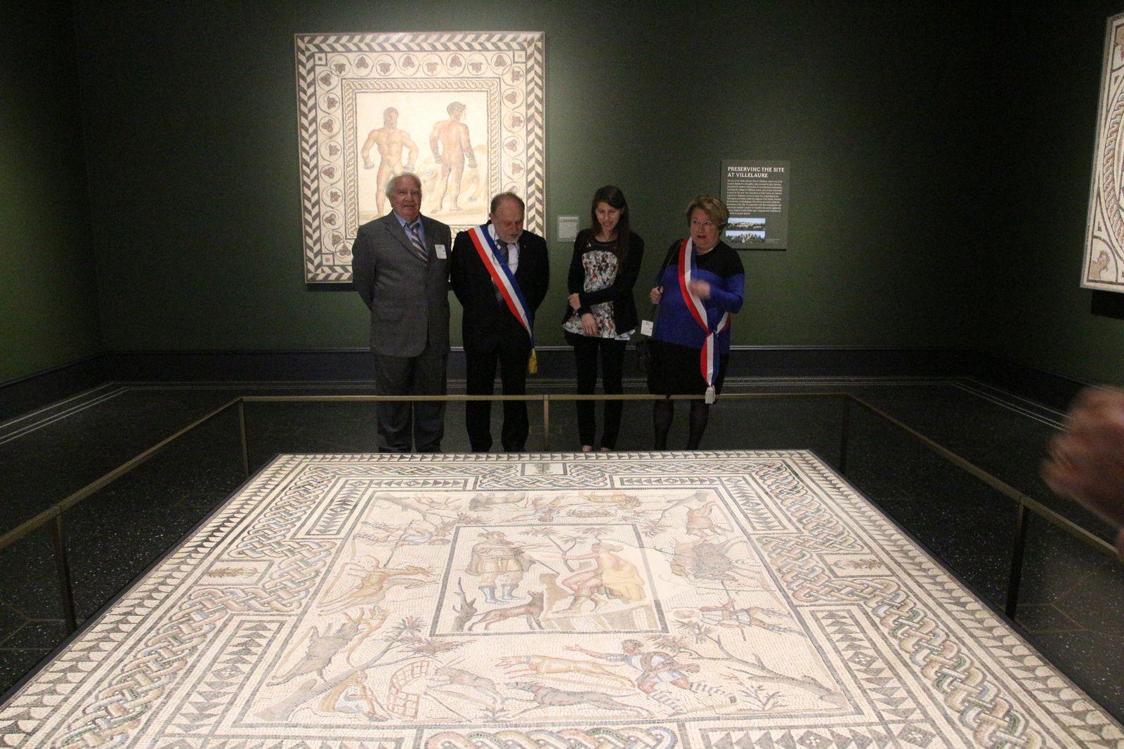 André Girod et Jean Louis Robert remettent les documents de l'exposition de Villelaure et la délégation entre les deux mosaïques de Villelaure