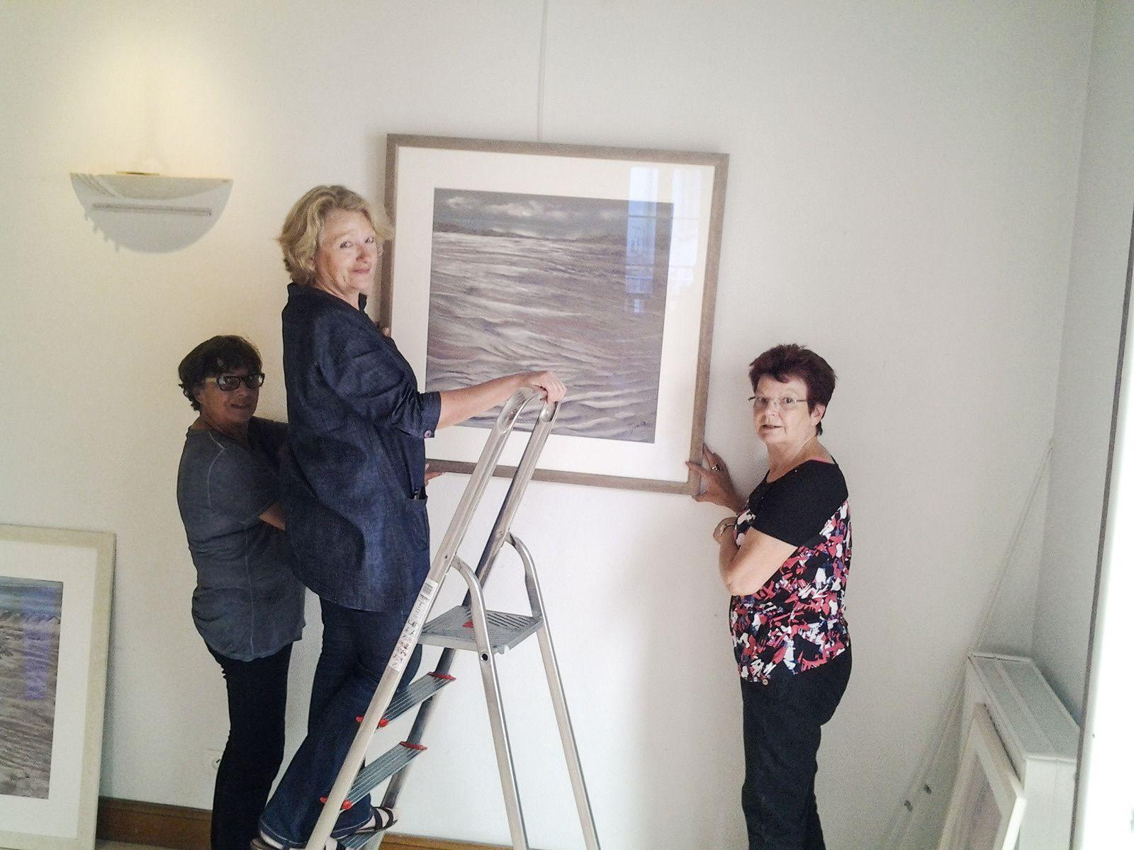Marion et Rose Marie en soutien , certains tableaux sont très lourds et fragiles.