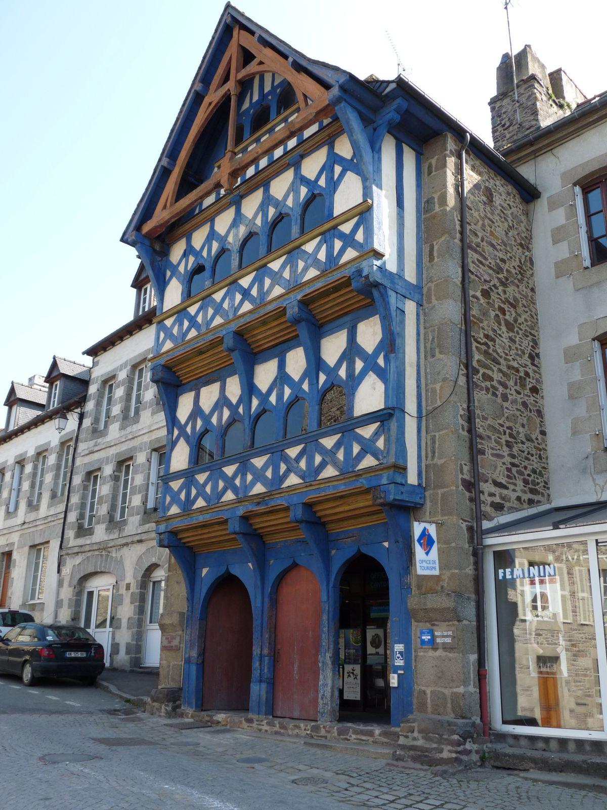 L'office du tourisme. La maison à colombages de la Tour Eiffel ou du Roscoat de la fin du 15eme siècle, située Place Yves-Le-Trocquer.