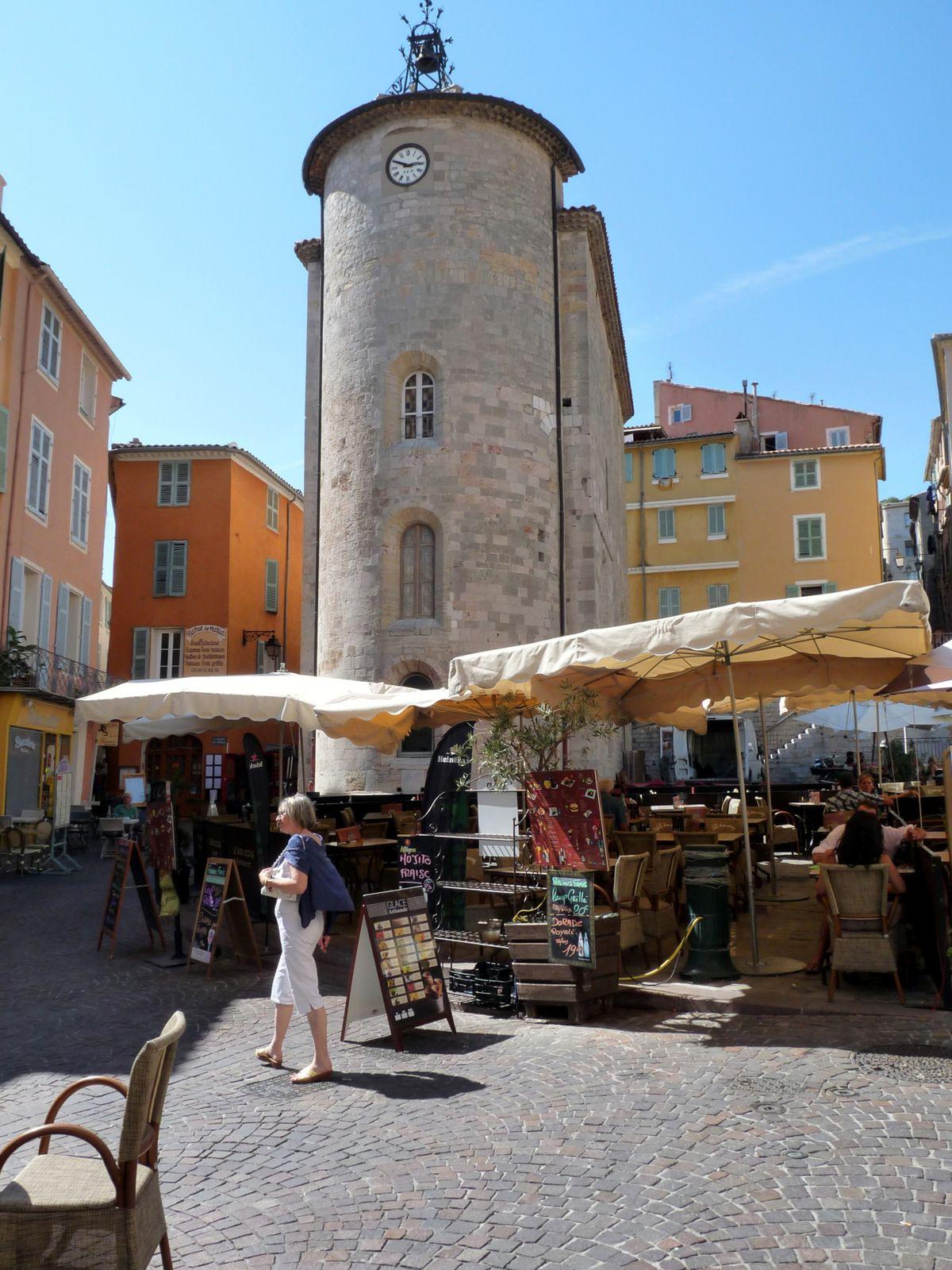 Porte Massillon (XIV ème siècle) C'est la porte principale de la ville.