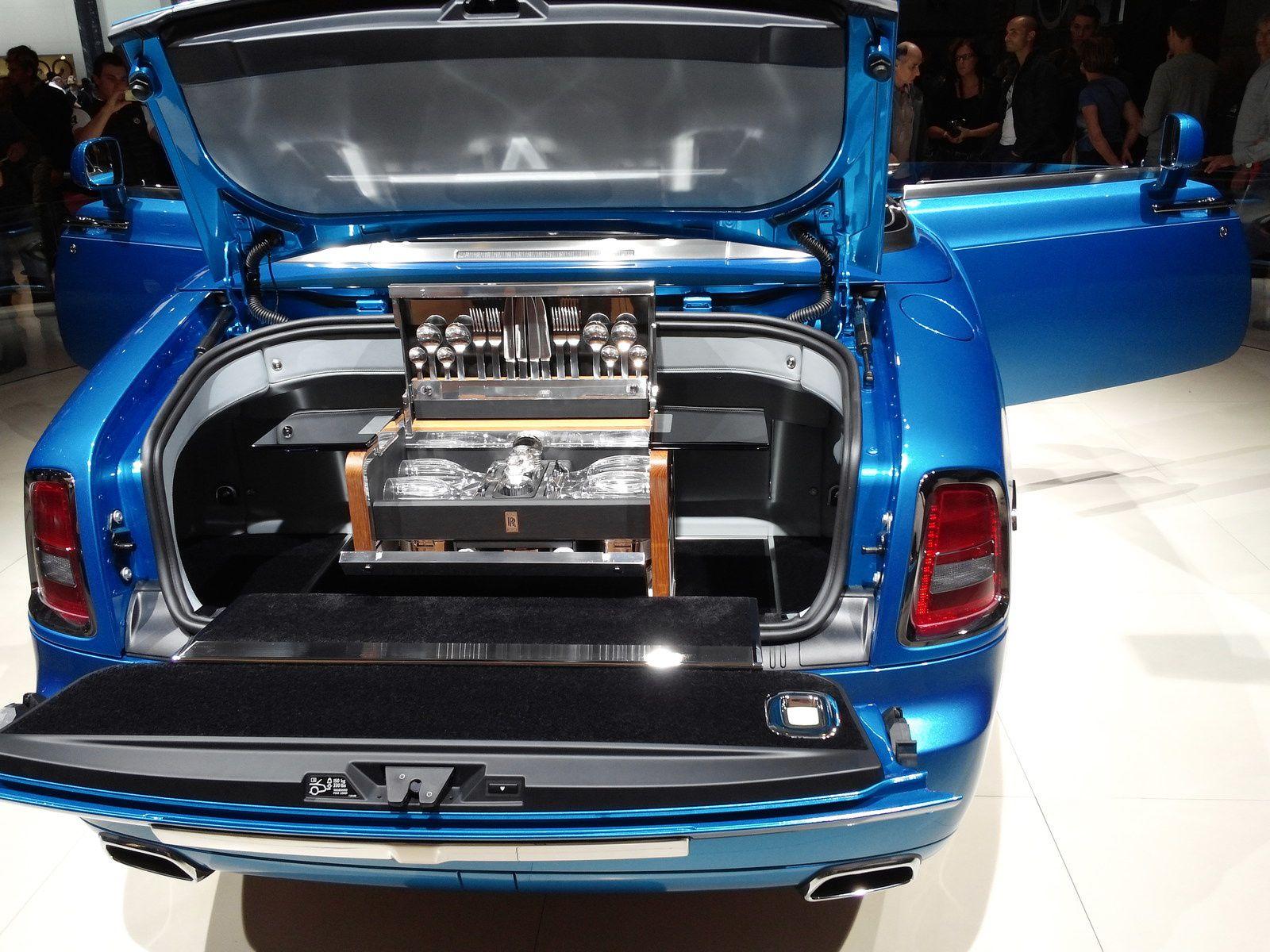 Rolls Royce Phantom Drophead Coupé - Poids à vide2 620 Kg - Nombre de cylindres:12 - Puissance fiscale: 49 CV - Puissance Din460 Ch à 5350 trs/min - Accélération de 0 à 100 km/h5.9 s -  Vitesse maximum240 km/h -  Consommation urbaine24.6 Litre / 100 km ! ! !  A remarquer, le compartiment pour le parapluie dans l'aile. AV-G.
