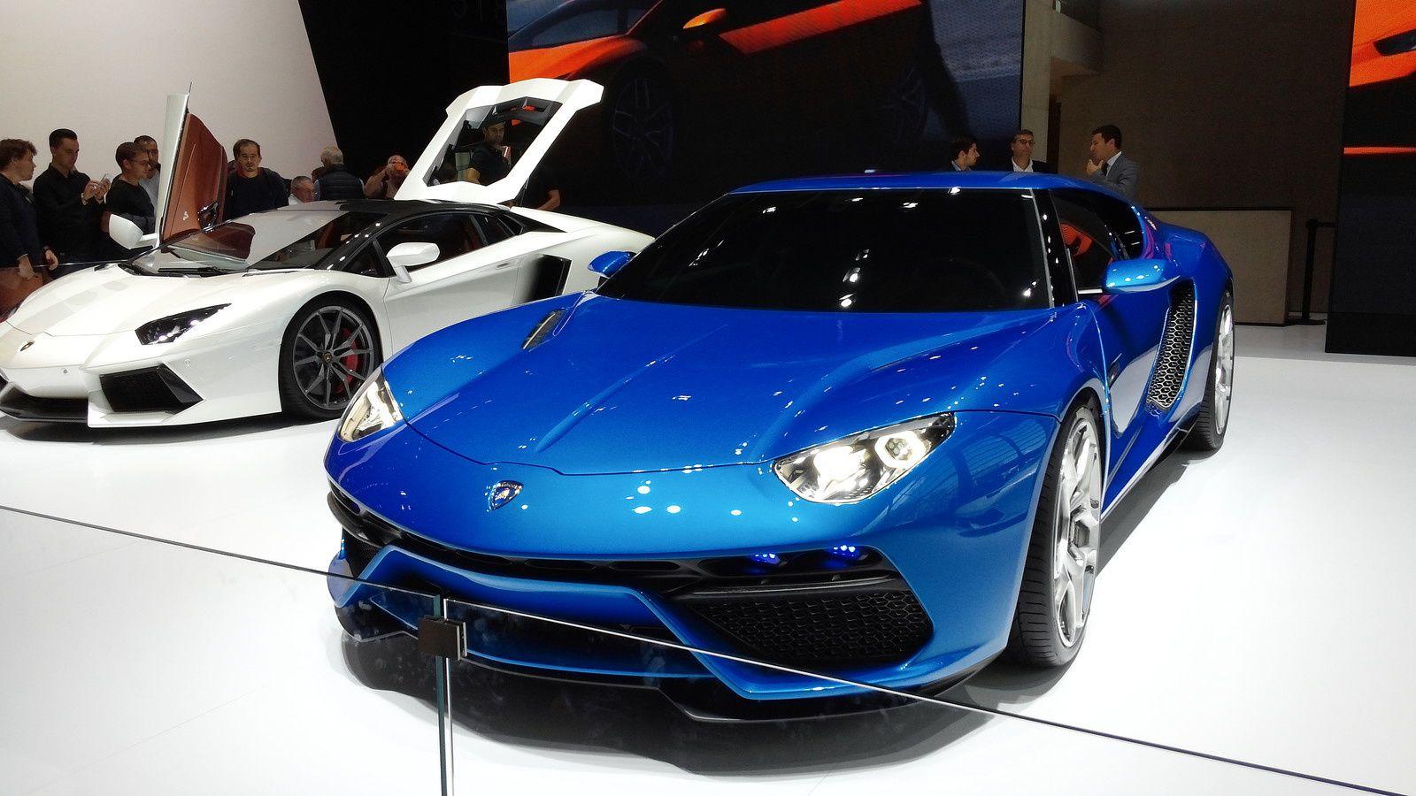 Lamborghini Asterion - Lamborghini a imaginé son tout premier coupé hybride : un modèle présenté ce jeudi à la presse sous forme de maquette, qui associe trois blocs électrique à un moteur V10 5.2 litres disposé en position arrière de 610 chevaux. Cette technologie permettrait ainsi de réduire la consommation à 4.2 litres/100 (contre 12.7 litres/100 sur une Huracan) avec une autonomie proche des 50 km en mode 100% électrique. Cette Lamborghini Asterion LP 910-4, de son appellation exacte, sera tout de même capable d'atteindre les 100 km/h en toute juste 3.0 secondes grâce à sa puissance cumulée de 910 chevaux. (A titre de comparaison, la Porsche 918 Spyder n'en possédait 'que' 887.)