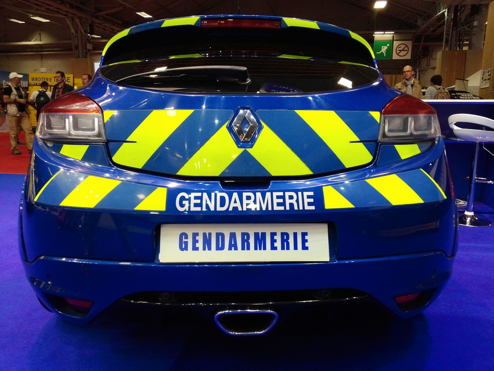 Voiture d'intervention de la Gendarmerie -  Mégane Renault Sport - puissance 260cv - 255km/h - du 0 à 100km/h en 5.9 secondes . . . .  Vous aurez été au moins prévenus &#x3B;-)