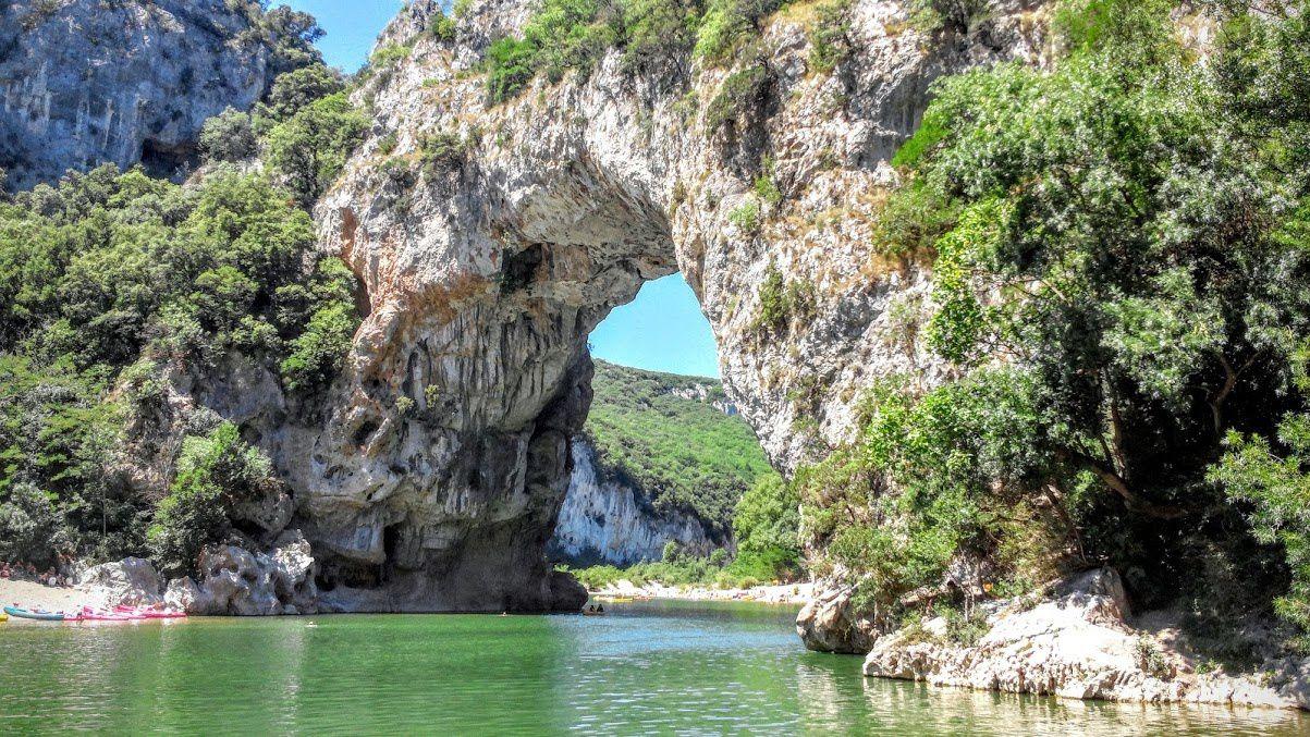 L'arche de pierre résulte du travail de l'eau qui, durant des millénaires, a creusé le calcaire jusqu'à le traverser et former un pont naturel.