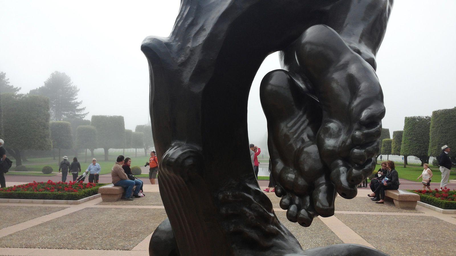 """Le mémorial abrite une statue de 7 mètres, """"L'Esprit de la jeunesse américaine s'élevant des Flots"""" tournée vers l'ouest, en direction des tombes."""