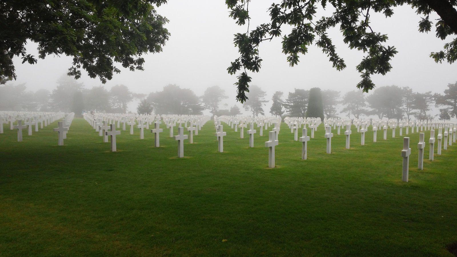Nos soldats reposent sous des pierres tombales en marbre blanc de Lasa.