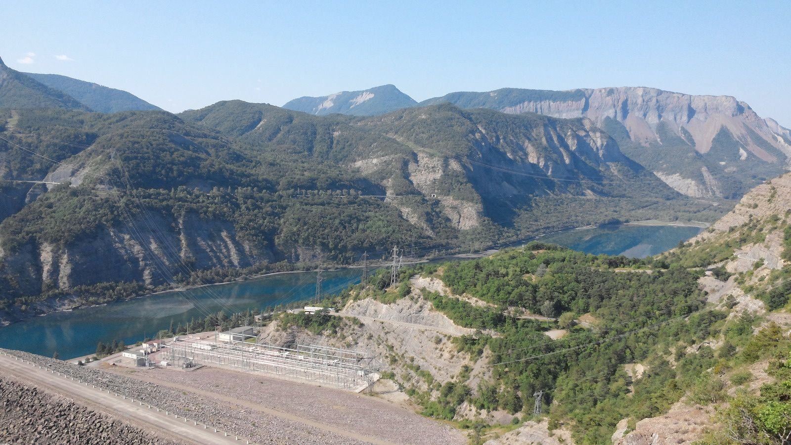 La galerie d'accès à l'usine mesure 100 m de long et 40 m² de section Puissance :      360 MW (4 turbines Francis de 84 MW) • Production moyenne : 720 millions de kilowatt/heures Hauteur de chute maximale : 123 m Débit équipé : 300 m³ / seconde