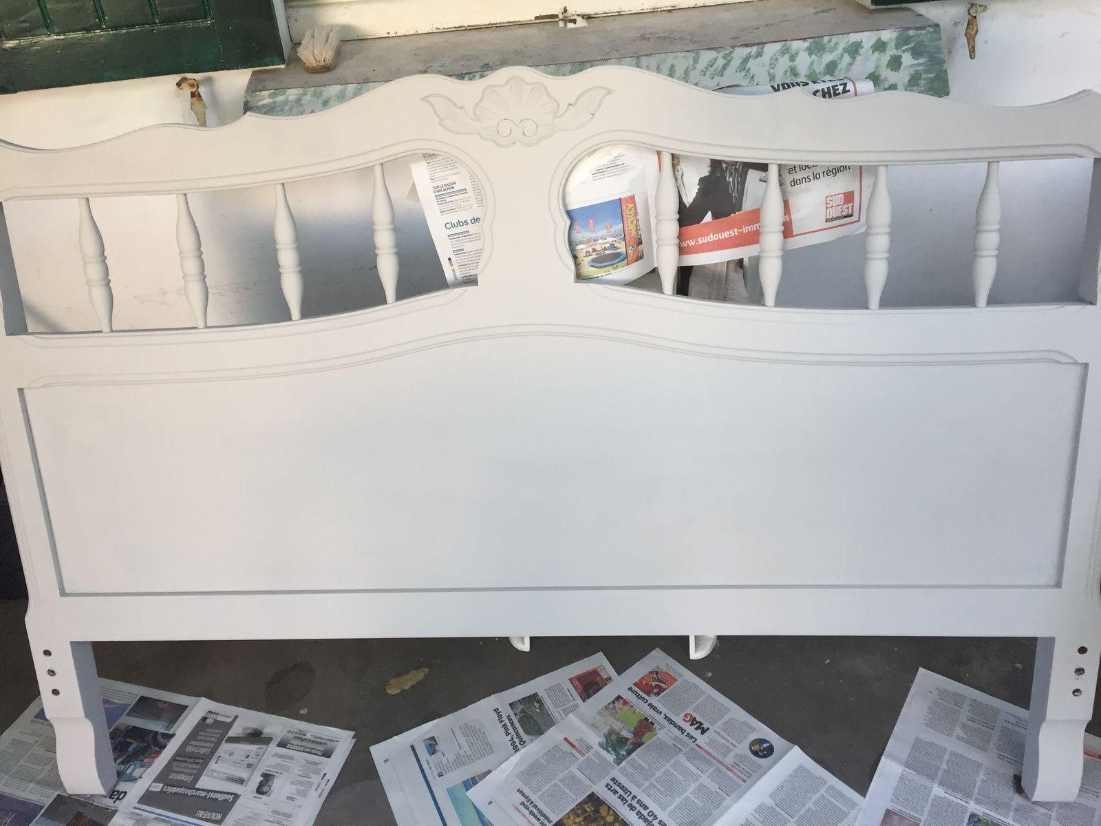 1) j'ai passer le meuble au décireur de la même marque avec de la laine d'acier, 2) j'ai laissé sécher puis j'ai brossé, puis j'ai laver à la lessive st marc, puis j'ai essuyé et j'ai pû commencer à passer la couche de peinture
