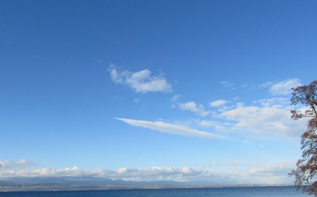 Est-ce que je suis la seule à voir un nuage en forme de soucoupe volante?