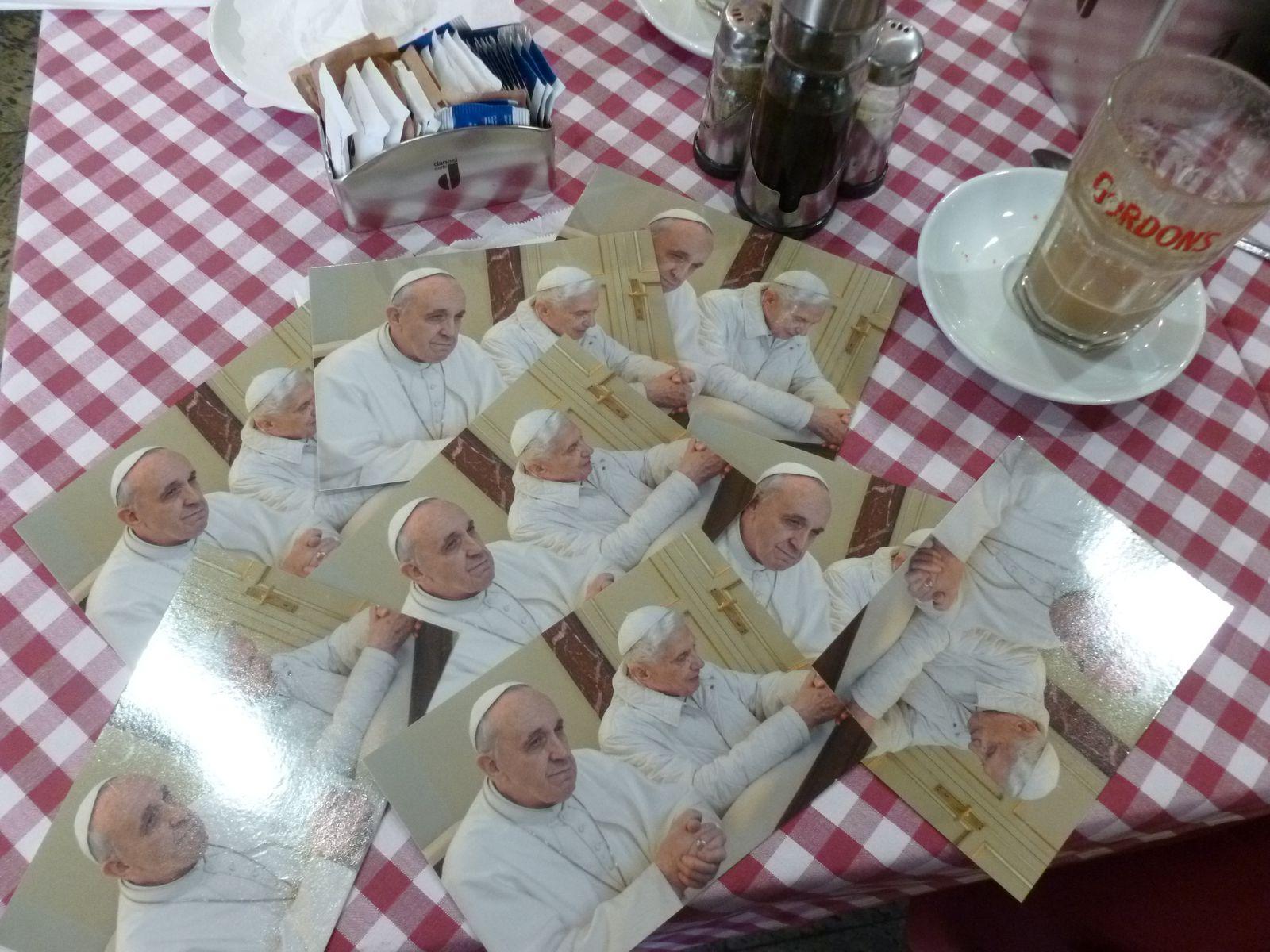 """Cité du Vatican :l' obligatoire """"pensum des cartes postales"""" se terminera par le miracle de la multiplication des Papes et des Sous-Papes pour le Mécréant d'Ar Minic'hi. Amen !"""