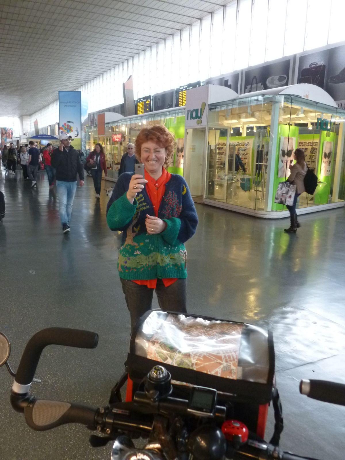 Lucia, épouse de Michel Knockaert, un tourdumondiste, nous interroge à Termini où nous venons de négocier nos billets retour, par train de nuit. Charmante rencontre désintéressée