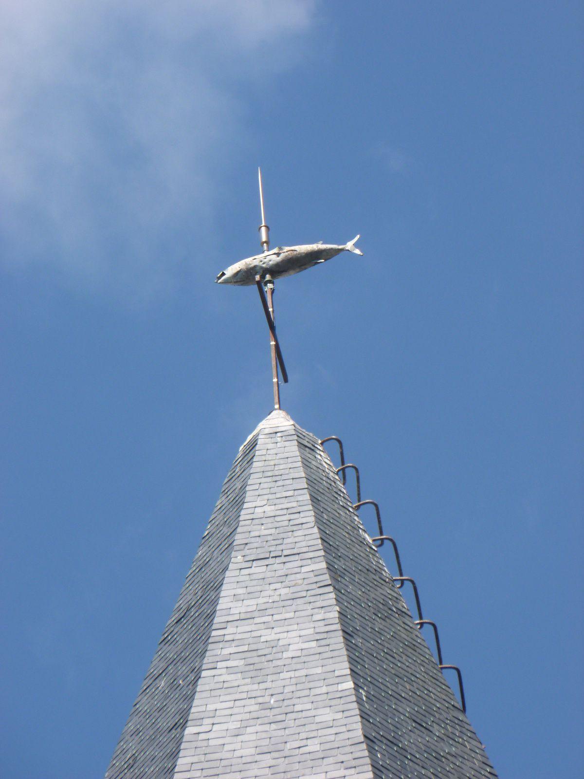 la fontaine de Porh Hor, la Croix de Porh St Nicolas, le THON emblématique du clocher de Groix